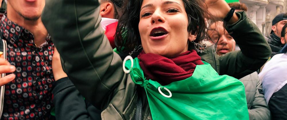 A ativista argelina Nardjes Asli em cena do documentário Nardjes A. (2020), do brasileiro Karim Aïnouz | Foto: Divulgação