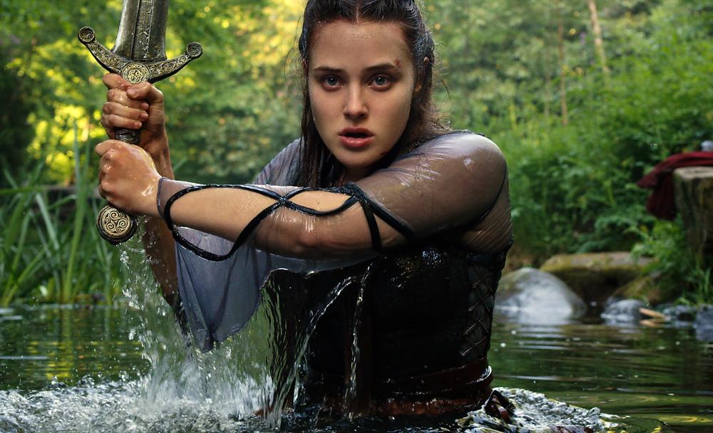Katherine Langford em cena da série Cursed – A Lenda do Lago (2020) | Foto: Divulgação (Netflix)