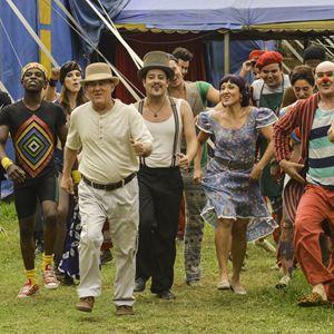 Renato Aragão e elenco em cena do filme Os Saltimbancos Trapalhões – Rumo à Hollywood (2017) | Foto: Divulgação