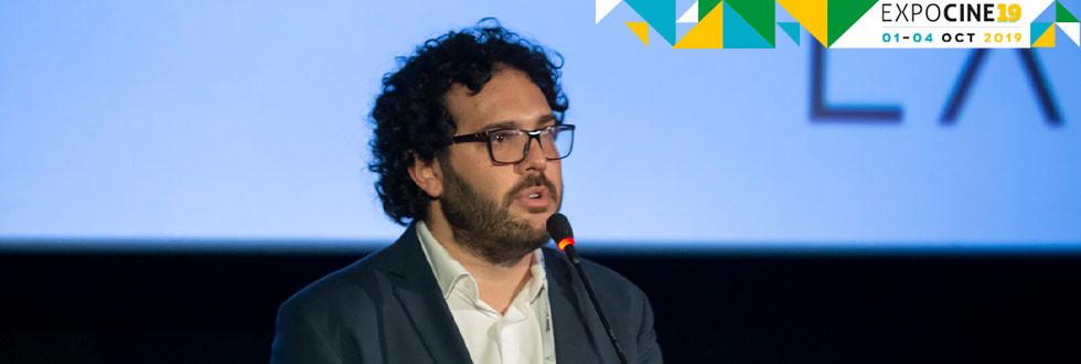 Gabriel Gurman, diretor da Galeria Distribuidora no painel da empresa na Expocine19   Foto: Divulgação (Expocine)