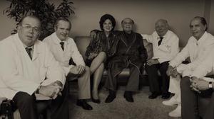 Otávio Müller, Leonardo Medeiros, Esther Góes, Othon Bastos, Emiliano Queiroz e Paulo Betti em cena de O Paciente – O Caso Tancredo Neves (2018)