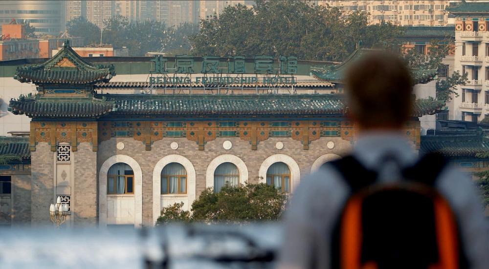 Fachada do Hotel da Amizade em Pequim, em cena do documentário A Ponte de Bambu (2019), de Marcelo Machado | Foto: Divulgação (Festival É Tudo Verdade)