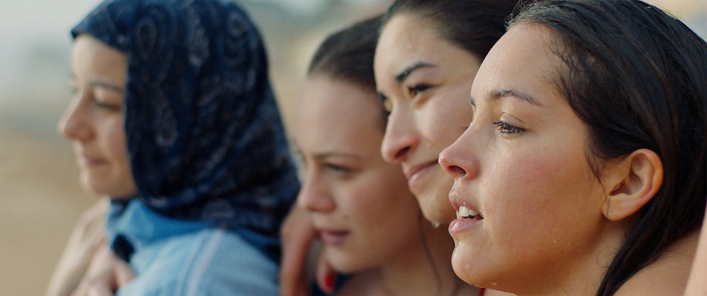 Amira Hilda Douaouda, Zahra Manel Doumandji, Shirine Boutella e Lyna Khoudri em cena do filme argelino Papicha (2019), de Mounia Meddour | Foto: Divulgação (Pandora Filmes)