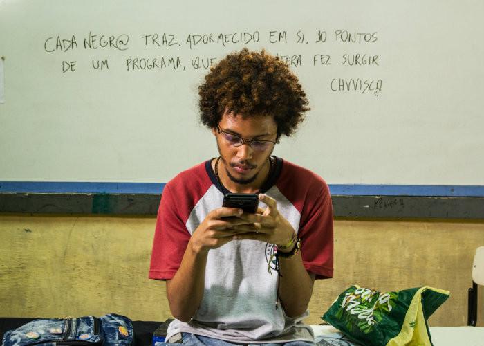 Lucas Limeira em cena do filme brasileiro Cabeça de Nêgo (2020), longa do cineasta cearense Déo Cardoso | Foto: Divulgação (Olhar de Cinema)