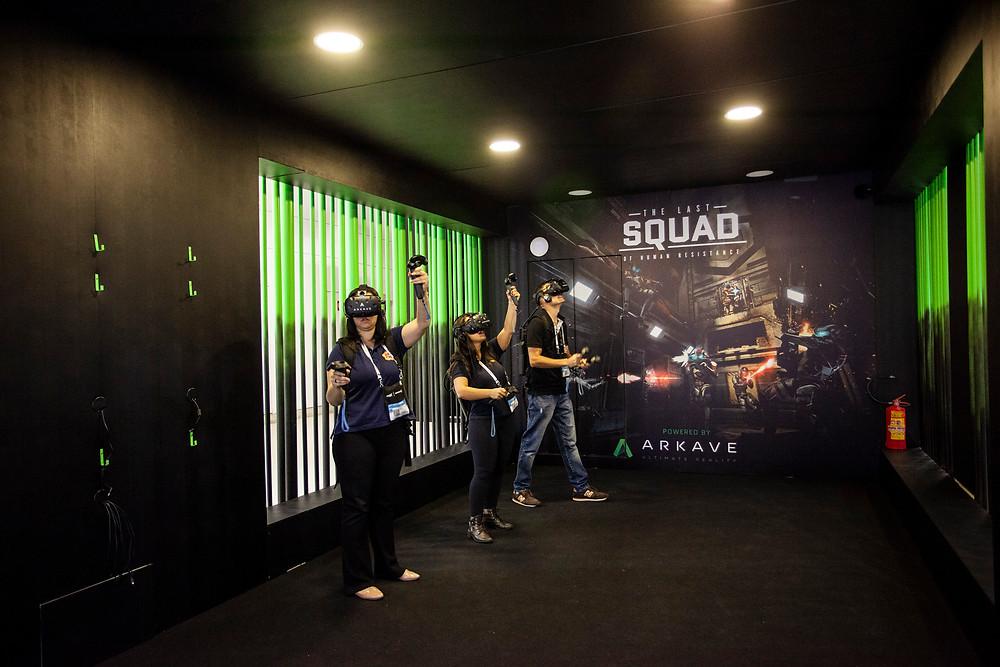 """Visitantes jogando o game em realidade virtual """"The Last Squad"""" na Expocine18   Foto: Divulgação"""