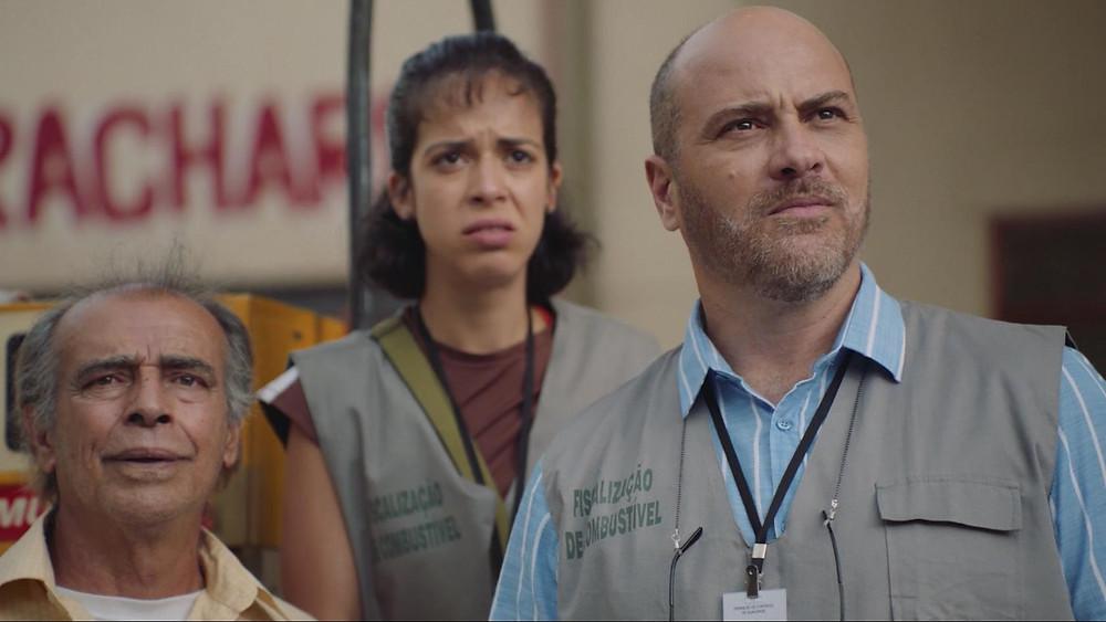 Walter Breda, Marina Merlino e Paulo Tiefenthaler em cena da série de comédia Auto Posto (2020) | Foto: Divulgação (Comedy Central)