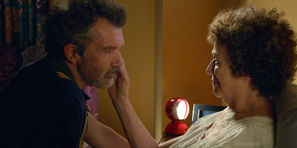 Antonio Banderas e Julieta Serrano em cena do filme Dor e Glória (2019), de Pedro Almodóvar | Foto: Divulgação (Universal Pictures)