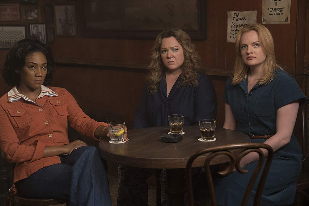Tiffany Haddish, Melissa McCarthy e Elisabeth Moss em cena do filme Rainhas do Crime (The Kitchen, 2019) | Foto: Divulgação (Warner Bros.)