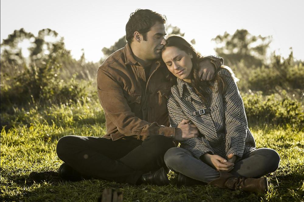 Os atores João Catarré e Mariana Monteiro em cena da telenovela portuguesa Terra Brava (2019-21)   Foto: Divulgação (SIC)