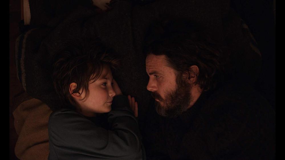 Anna Pniowsky e Casey Affleck em cena do filme A Luz no Fim do Mundo (2019) | Foto: Divulgação