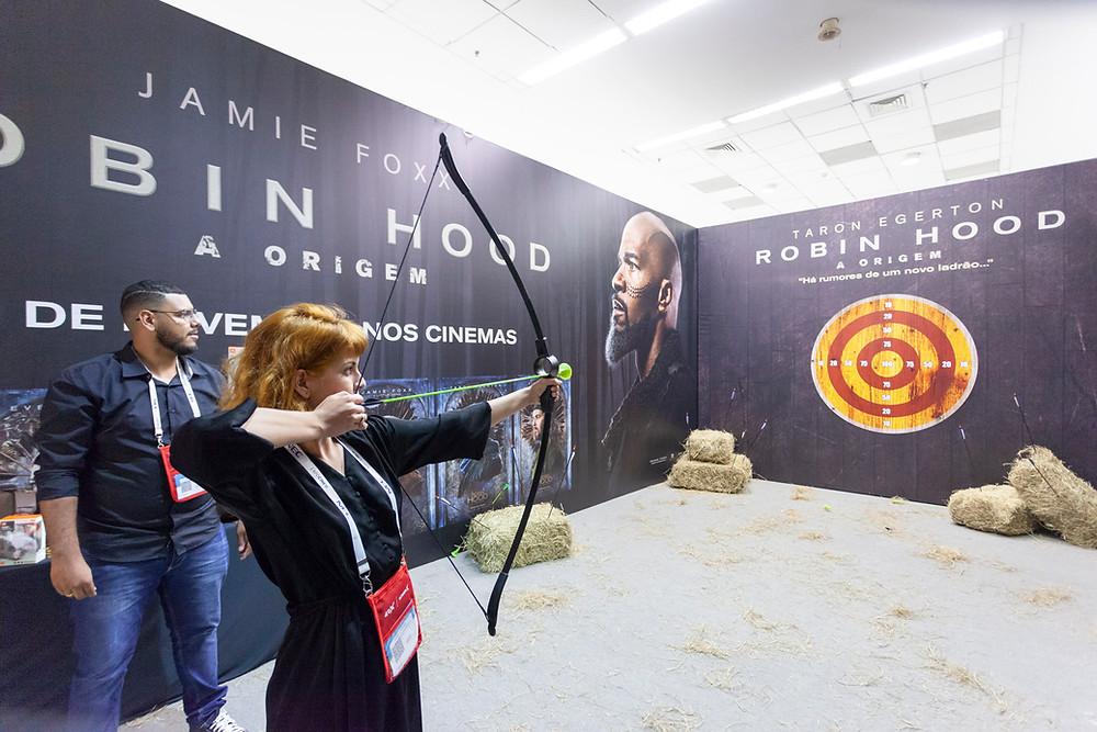 Competição de arco e flecha no estande do filme Robin Hood – A Origem (2018) na Expocine18 | Foto: Divulgação (Expocine)