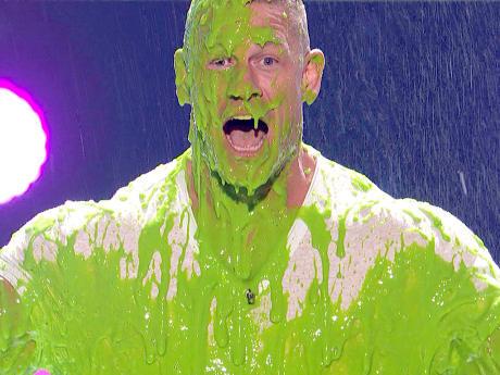 O ator e ex-lutador John Cena apresentando o Kids' Choice Awards 2017