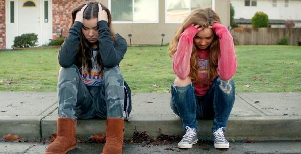Hailee Steinfeld e Haley Lu Richardson em cena do filme Quase 18 (The Edge of Seventeen, 2016) | Foto: Divulgação