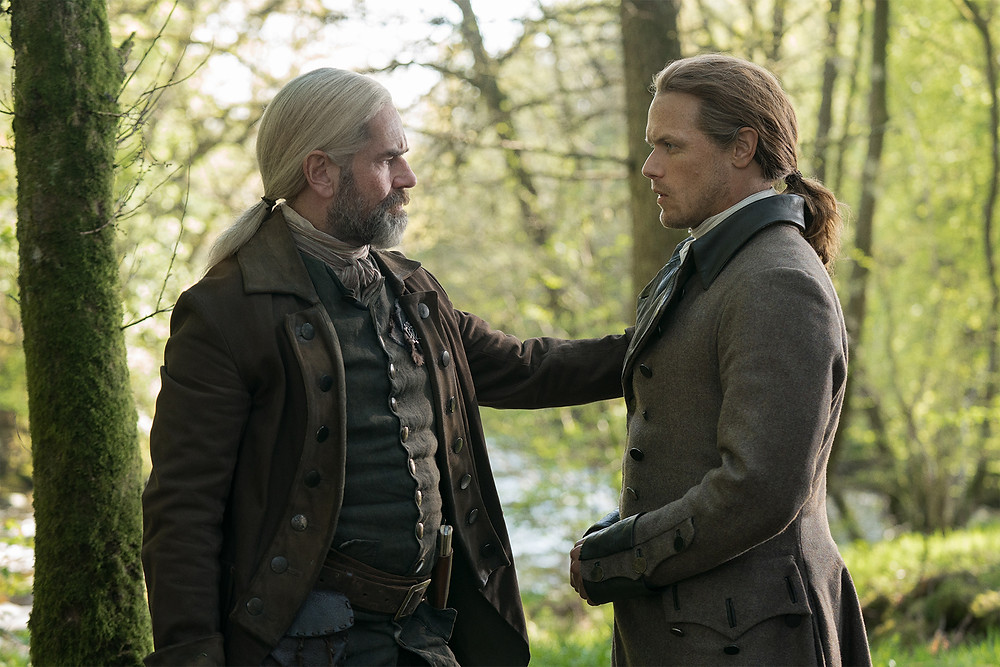 Duncan Lacroix e Sam Heughan em cena do 1º episódio da 5ª temporada da série Outlander (2014-)