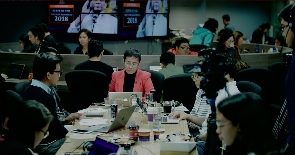 A jornalista Maria Ressa e os repórteres na redação do seu site Rappler, em cena do documentário Mil Cortes (A Thousand Cuts, 2020), dirigido pela filipina Ramona S. Diaz | Foto: Divulgação (É Tudo Verdade)
