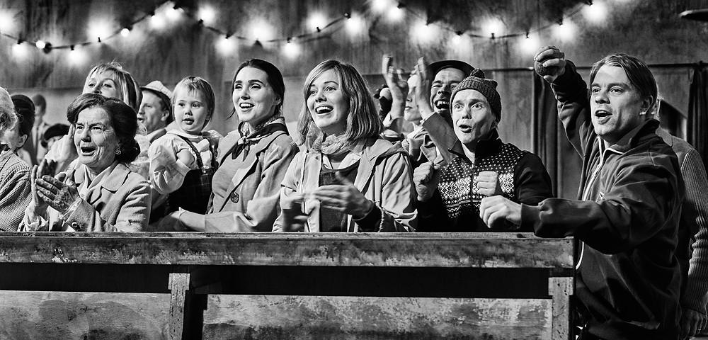 Oona Airola, Jarkko Lahti e elenco em cena do filme finlandês O Dia Mais Feliz da Vida de Olli Mäki (2016) | Foto: Divulgação (Zeta Filmes)