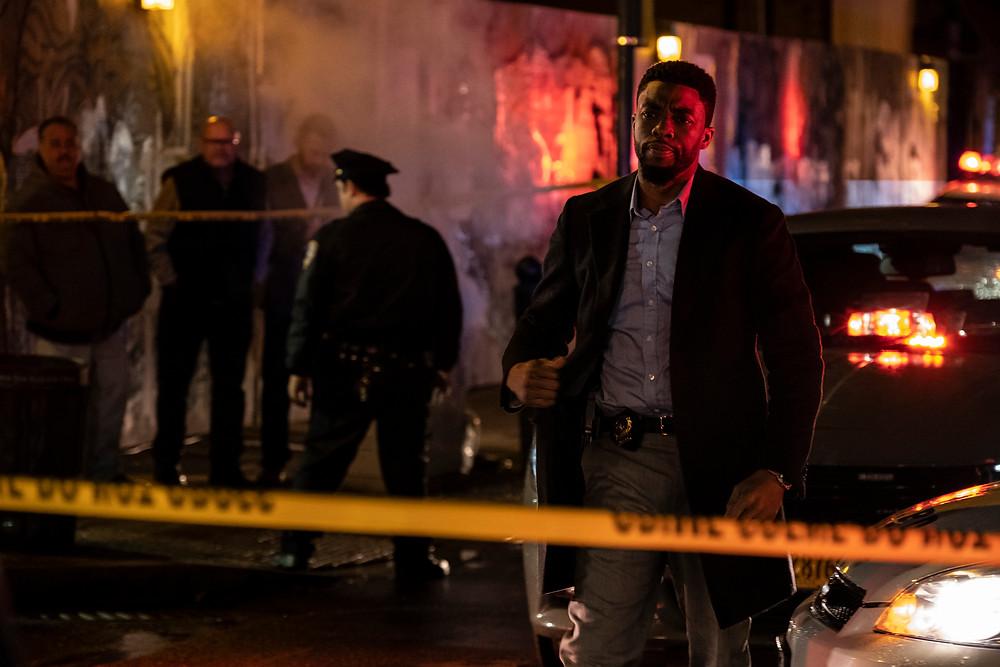 Chadwick Boseman em cena do filme policial de ação Crime Sem Saída (21 Bridges, 2019), de Brian Kirk | Foto: Divulgação (Galeria Distribuidora)