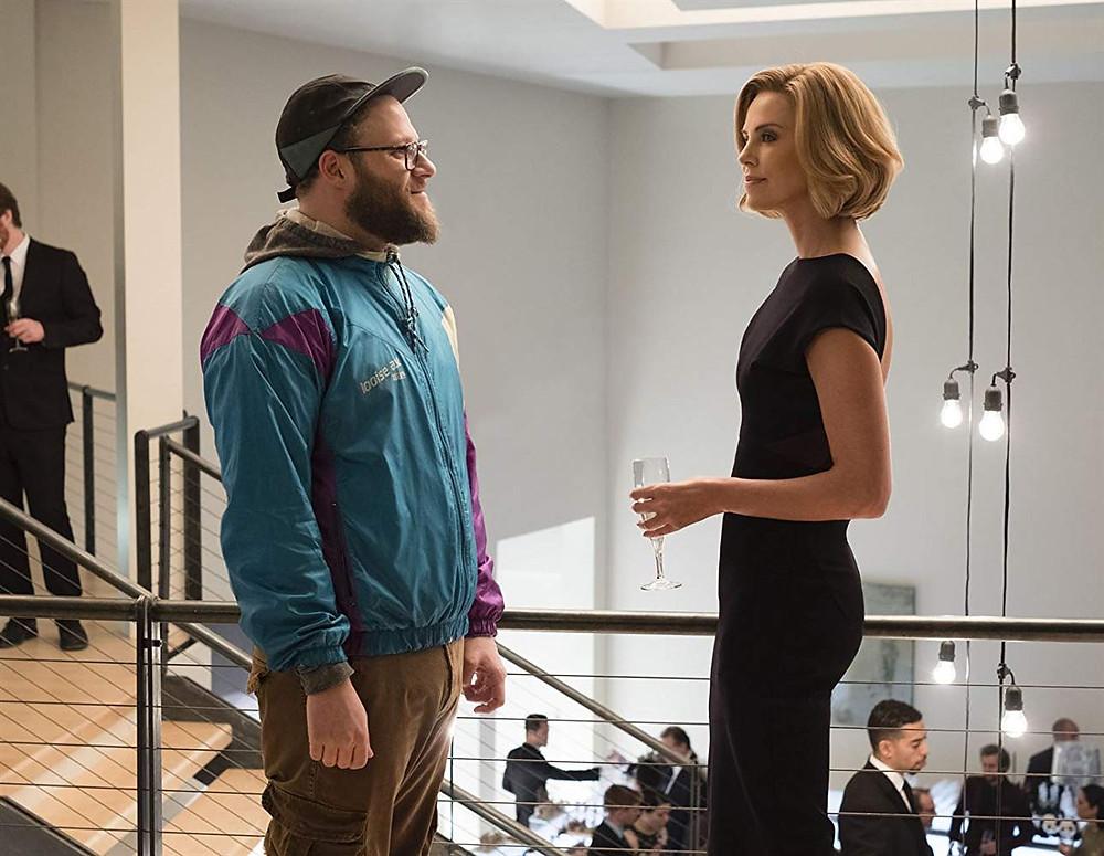 Seth Rogen e Charlize Theron em cena na comédia romântica Casal Improvável (2019) | Foto: Divulgação (Paris Filmes)