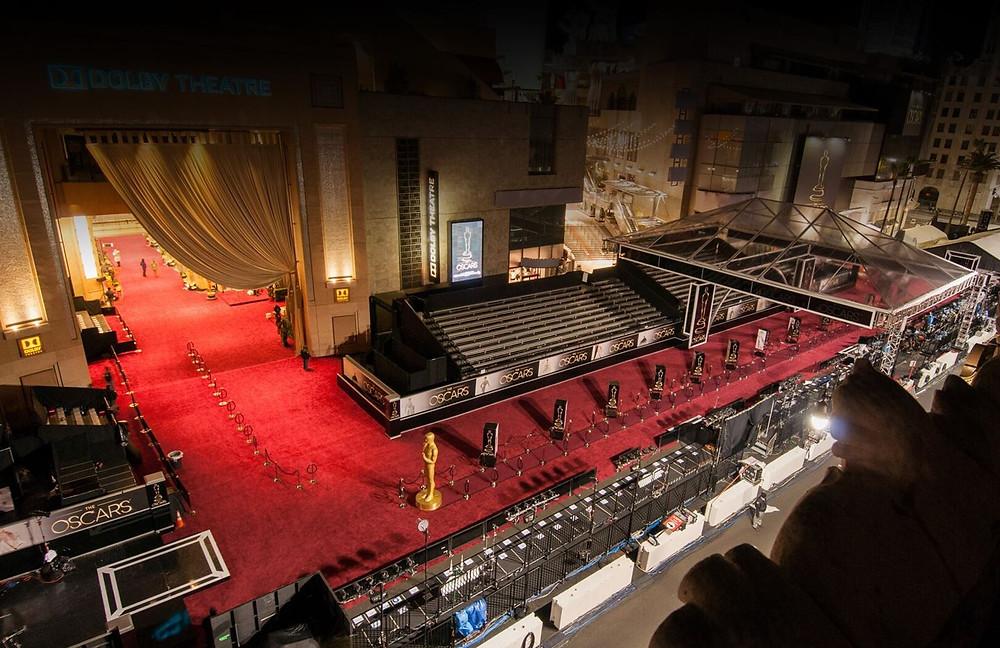 A entrada da casa de espetáculos The Dolby Theatre, em Los Angeles, preparada para uma edição do Oscar | Foto: Divulgação (The Dolby Theatre)