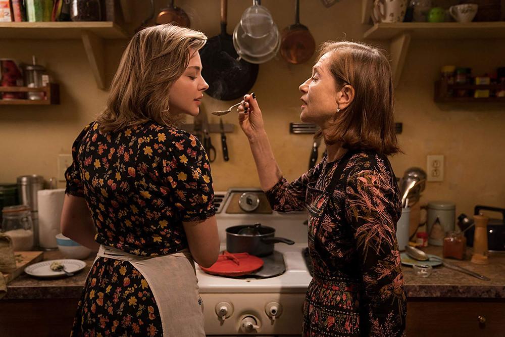 Chloë Grace Moretz e Isabelle Huppert em cena do thriller Obsessão (Greta, 2018) | Foto: Divulgação (Galeria Distribuidora)