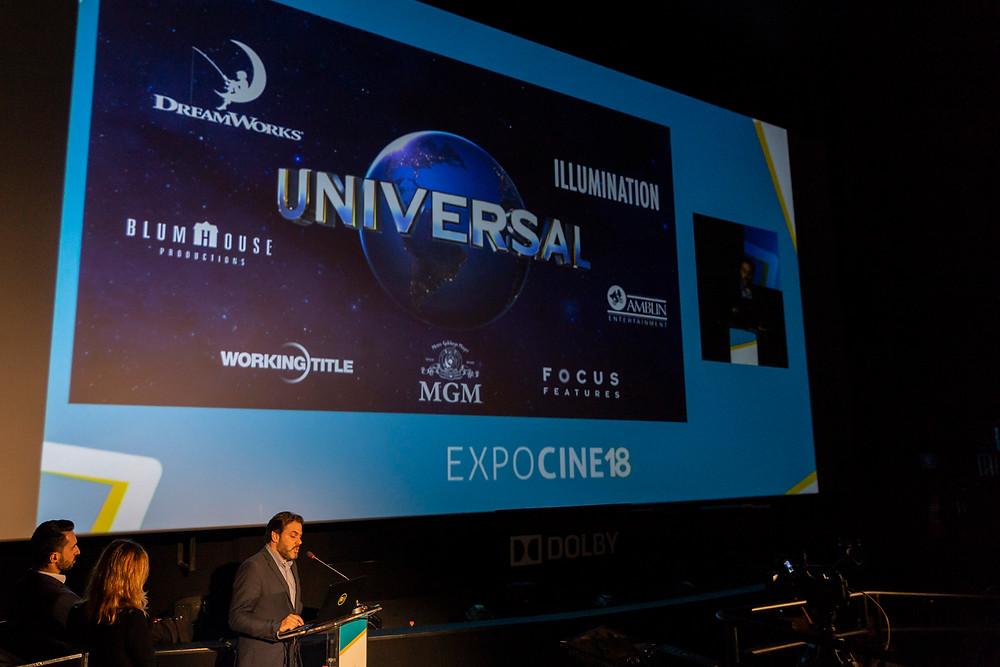 Os gerentes de marketing Nelson Mazzei e Danielle Bonatto e o diretor de vendas Caio Meira na apresentação da Universal Pictures na Expocine18 | Foto: Divulgação (Expocine)