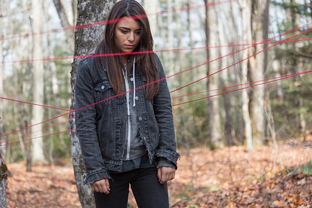 Nicole Muñoz em cena do filme de terror canadense Pyewacket – Entidade Maligna (2017) | Foto: Divulgação (Cinecolor Films Brasil)
