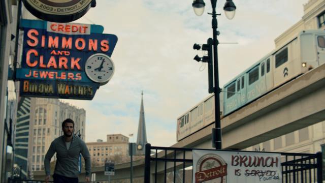 Liam Hemsworth correndo em Detroit em cena da série de ação Most Dangerous Game (2020-) | Foto: Divulgação (Quibi)
