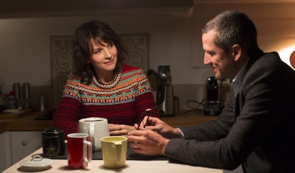 Juliette Binoche e Guillaume Canet em cena da comédia francesa Vidas Duplas (2018) | Foto: Divulgação