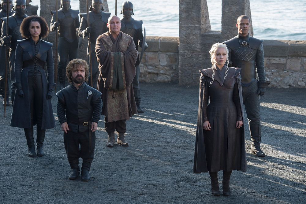 Emilia Clarke, Peter Dinklage e elenco em cena da série Game of Thrones (2011-19) | Foto: HBO