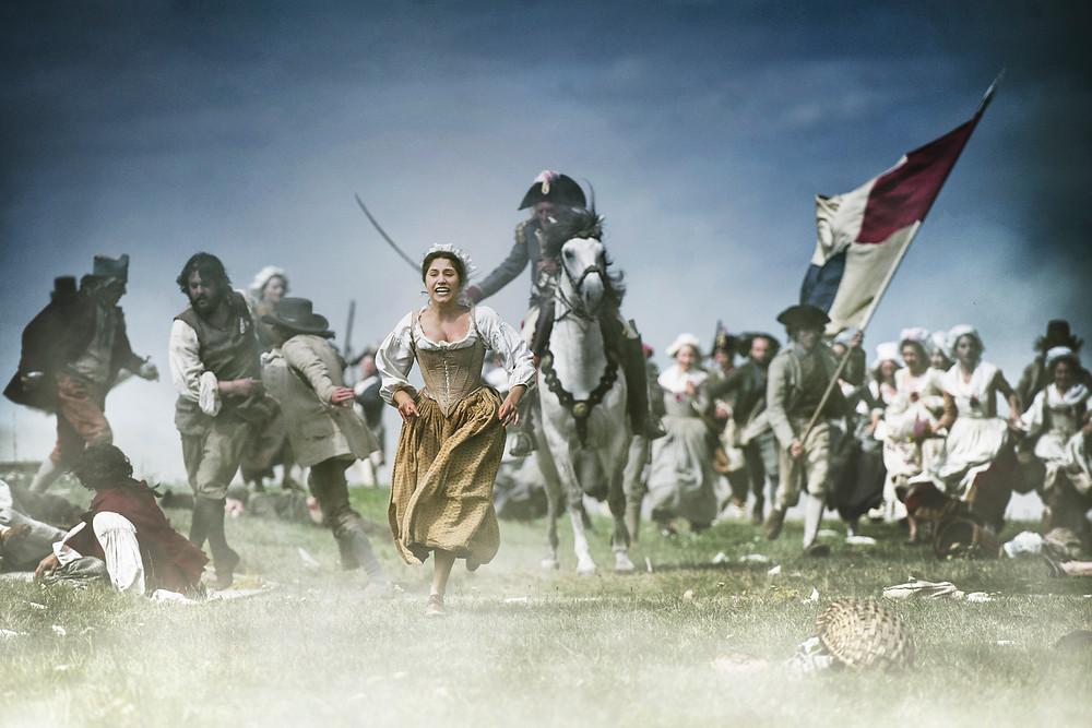 Izïa Higelin em cena do filme A Revolução em Paris (2018), de Pierre Schoeller | Foto: Divulgação (Bonfilm)