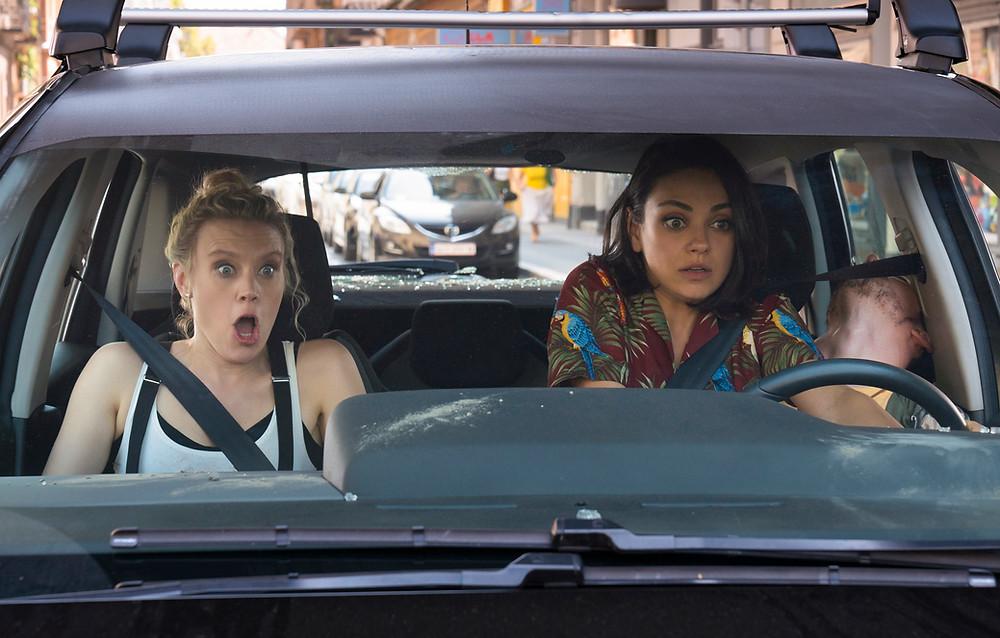 Kate McKinnon e Mila Kunis em cena do filme Meu Ex É um Espião (2018) | Foto: Divulgação (Paris Filmes)