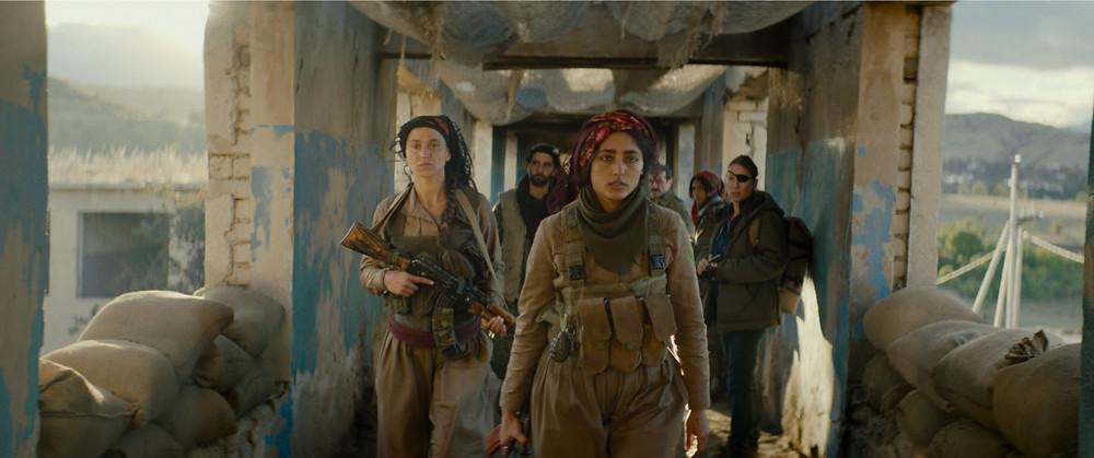 Golshifteh Farahani e elenco em cena do filme francês sobre a resistência curda feminina Filhas do Sol (2018) | Foto: Divulgação (Califórnia Filmes)