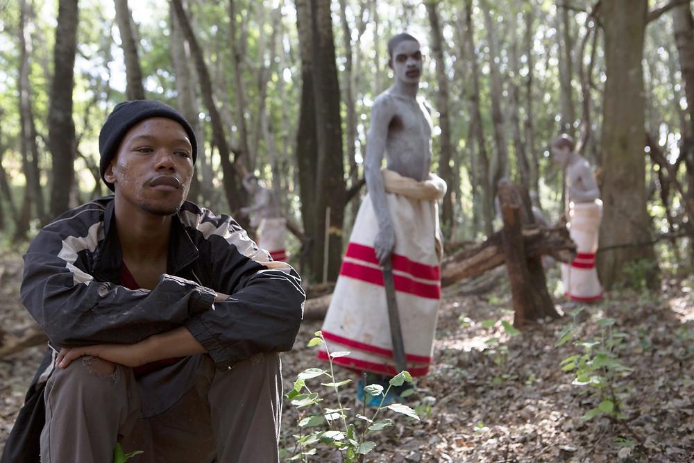 Nakhane Touré e Bongile Mantsai em cena do filme Os Iniciados (2017) | Foto: Divulgação