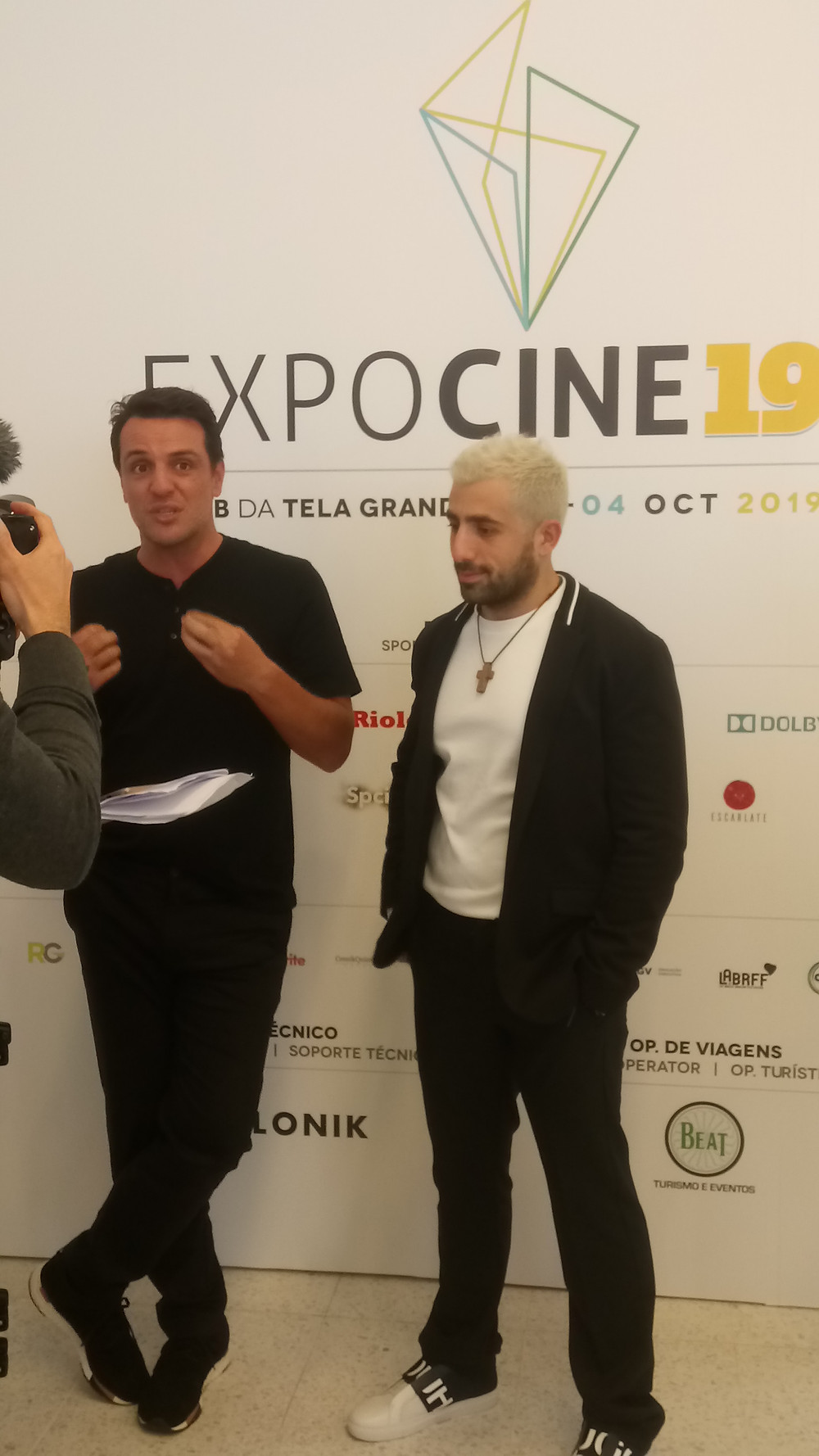 Os atores Rodrigo Lombardi e Kaysar Dadour divulgando o filme de Carcereiros – O Filme (2019) durante a Expocine19   Foto: Nayara Reynaud