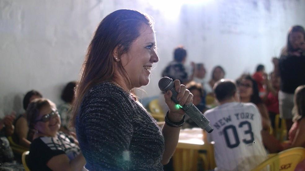 A cantora Katia Blender em cena do curta-metragem cearense Noite de Seresta (2020), de Sávio Fernandes e Muniz Filho | Foto: Divulgação (Olhar de Cinema)