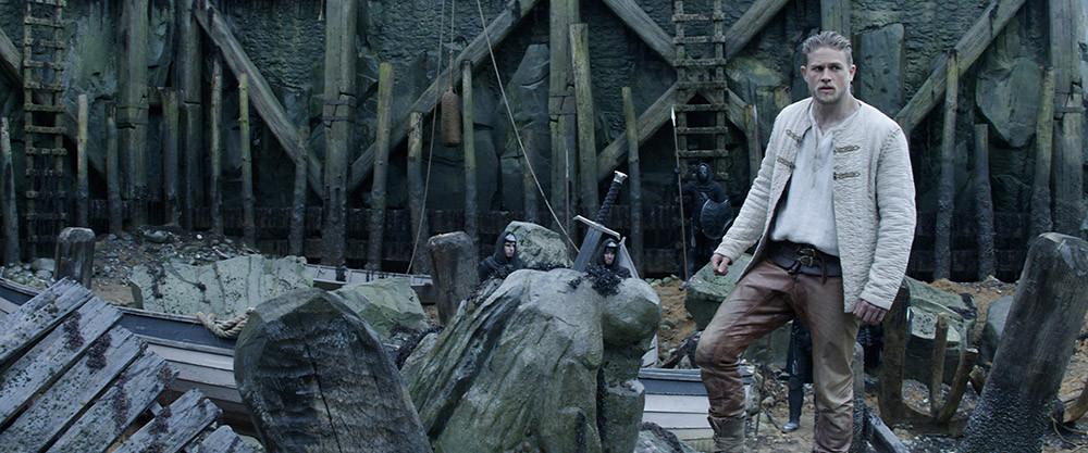 Charlie Hunnam em cena do filme Rei Arthur – A Lenda da Espada (2017) | Foto: Divulgação