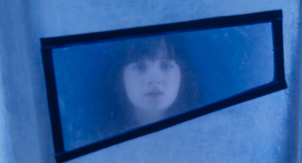 Luiza Quinteiro em cena do filme infanto-juvenil brasileiro Passagem Secreta (2021), longa paranaense de mistério dirigido por Rodrigo Grota | Foto: Divulgação (Mostra Tiradentes)