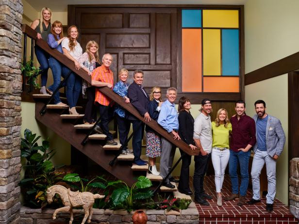 Jasmine Roth, Karen Laine, Mina Starsiak, Susan Olsen, Mike Lookinland, Eve Plumb, Christopher Knight, Maureen McCormick, Barry Williams, Leanne Ford, Steve Ford, Lara Spencer, Jonathan Scott e Drew Scott no reality show A Very Brady Renovation (2019) | Foto: Divulgação (HGTV)