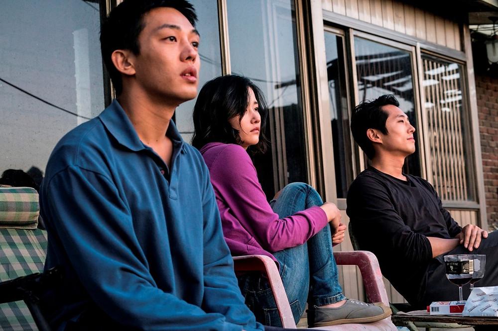 Yoo Ah-In, Jun Jong-Seo e Steven Yeun no filme sul-coreano Em Chamas (2018) | Foto: Divulgação