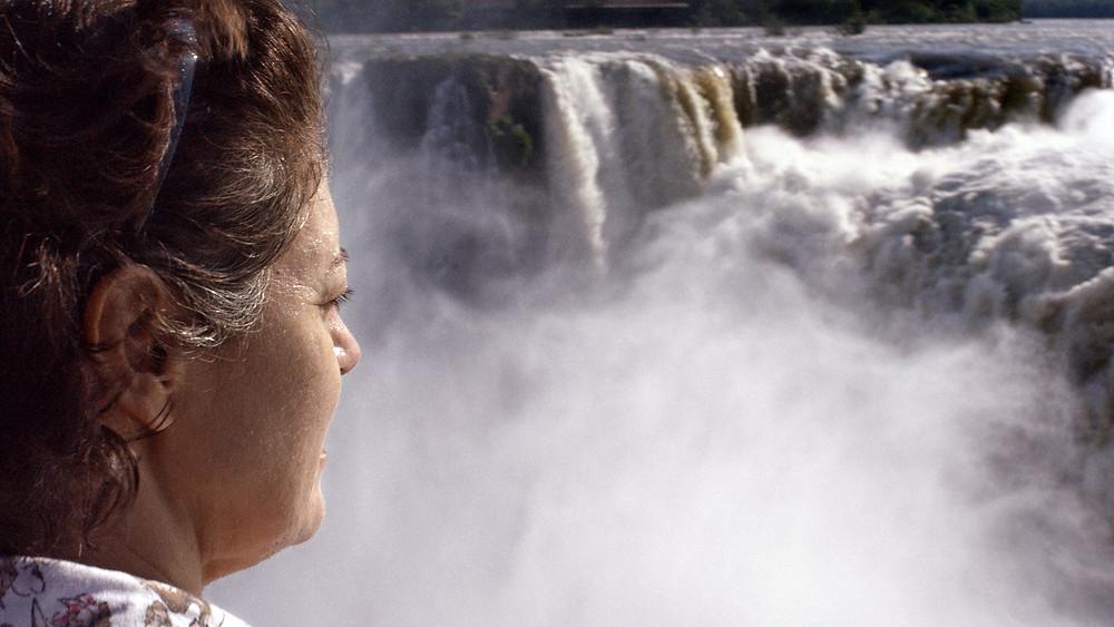Magali Biff em cena do filme nacional Pela Janela (2017), de Caroline Leone   Foto: Divulgação (Dezenove Som e Imagens)