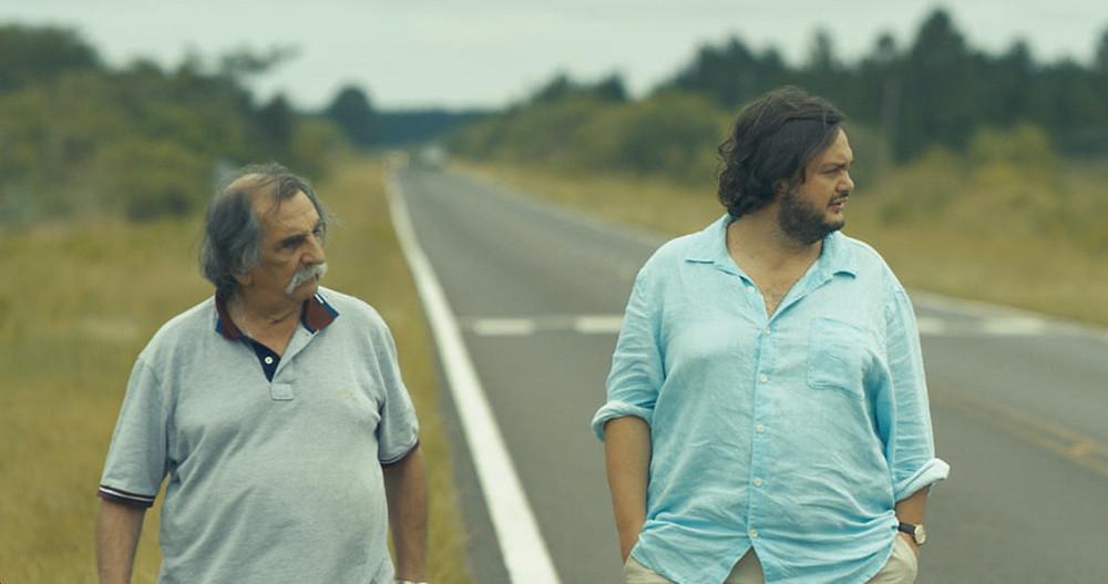 Os violonistas argentino Lucio Yanel e brasileiro Yamandu Costa em cena do documentário nacional Dois Tempos (2021), de Pablo Francischelli | Foto: Divulgação (É Tudo Verdade)