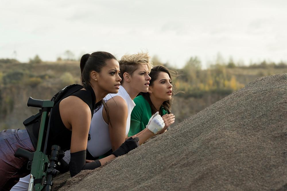 Ella Balinska, Kristen Stewart e Naomi Scott em cena do filme As Panteras (2019), de Elizabeth Banks | Foto: Divulgação (Sony Pictures)
