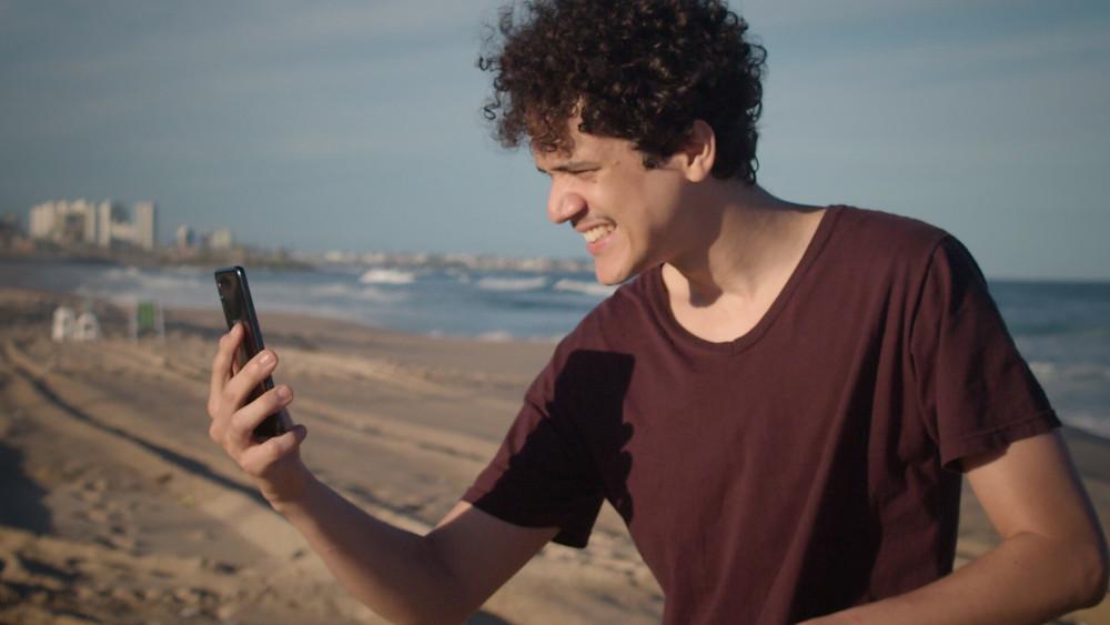 Marcus Curvelo em cena do filme brasileiro Eu, Empresa (2021), longa baiano dirigido por ele e Leon Sampaio | Foto: Divulgação (Mostra Tiradentes)