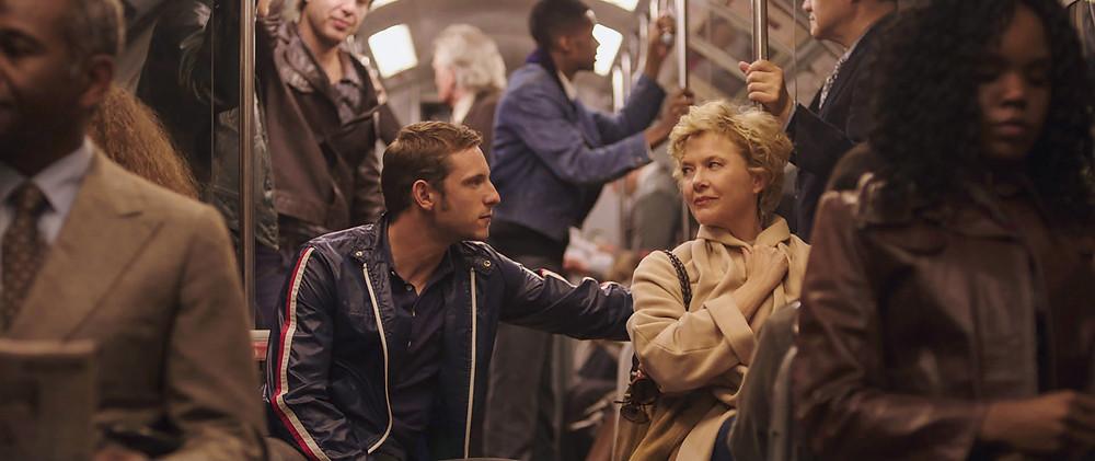 Jamie Bell e Annette Bening em cena no metrô do filme Estrelas de Cinema Nunca Morrem (Film Stars Don't Die in Liverpool, 2017) | Foto: Divulgação (Diamond Films)