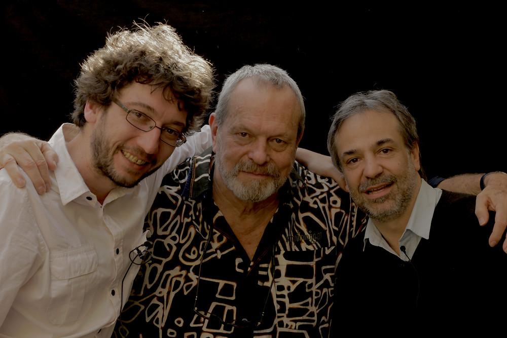 os diretores Felipe Nepomuceno e o argentino Pablo Giorgelli junto do cineasta Terry Gilliam em foto de divulgação da série Janelas Abertas (2017) | Foto: Divulgação (Canal Brasil)