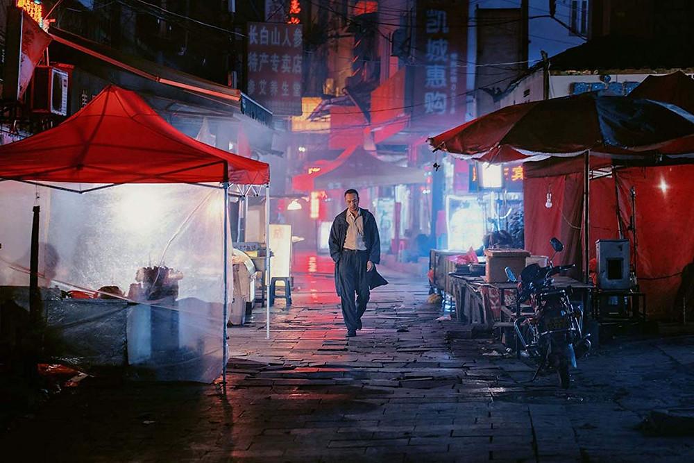 Jue Huang em cena do filme chinês Longa Jornada Noite Adentro (2018), de Bi Gan | Foto: Divulgação