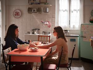 Gaia Girace e Margherita Mazzucco em cena da segunda temporada da série italiana A Amiga Genial (L'Amica Geniale / My Brilliant Friend, 2018-) | Foto: Divulgação (HBO)