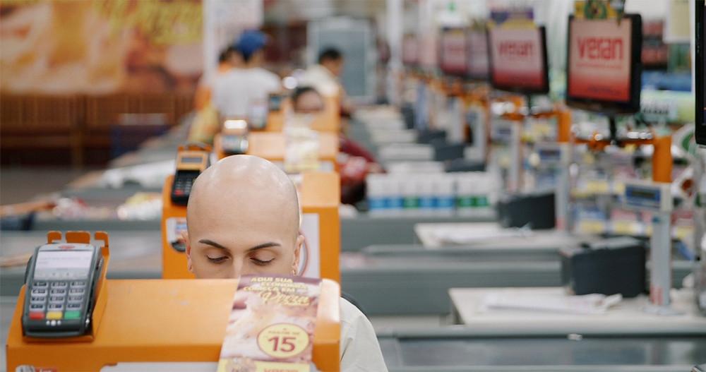 O operador de caixa Danilo em cena do documentário brasileiro Meu Querido Supermercado (2019), de Tali Yankelevich | Foto: Divulgação (Festival É Tudo Verdade)