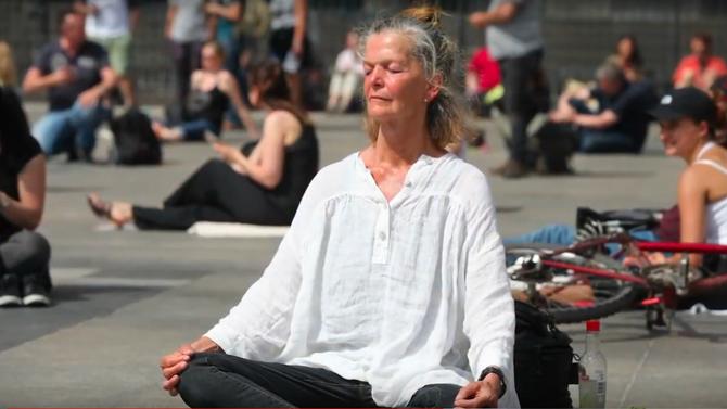 Künstlerprojekt in Köln - Roncalliplatz Meditationsdemo 09.05.2020