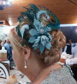 Begoña tocado con plumas de pavo real